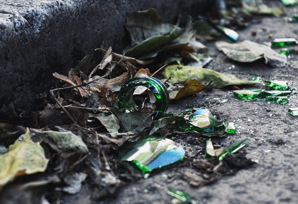 összetört üveg a földön