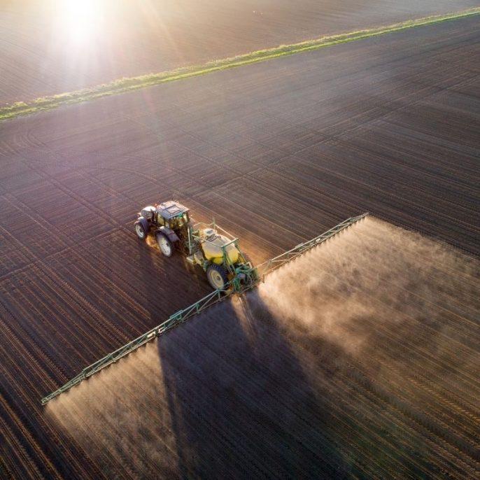traktor glifozáttal permetez