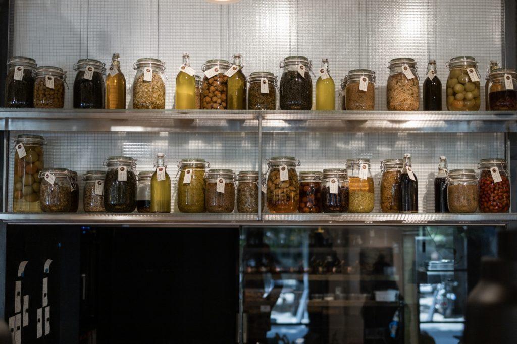 Tartósított gyógynövények, termések, zöldségek és gyümölcsök a SALT Budapest polcain