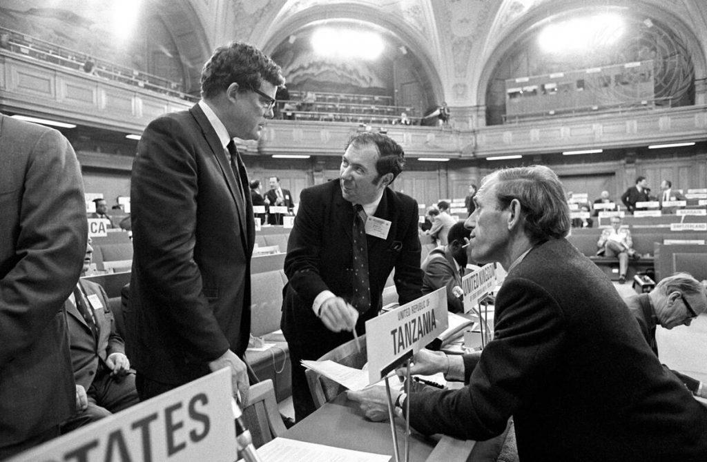 MacDonald az 1972-es ENSZ környezetvédelemről szóló konferenciáján. A képen balról jobbra: Gordon J.F. MacDonald (Amerikai Egyesült Államok), D.M. Kitching (Egyesült Királyság) and A. Van Tilburg (Hollandia).
