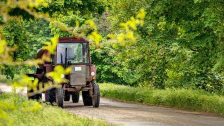traktor a közúton