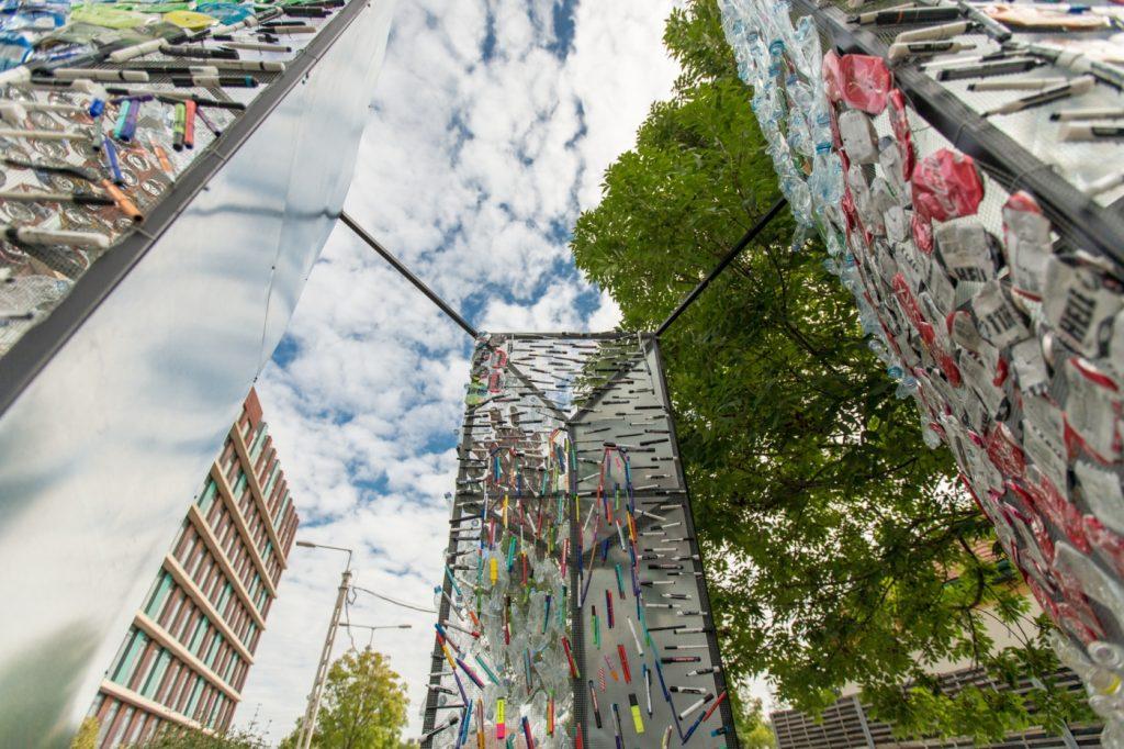 trash art szobor budapest bank