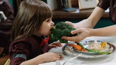 gyerek-eszik