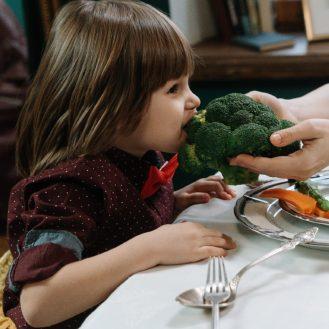 gyerek brokkolit eszik