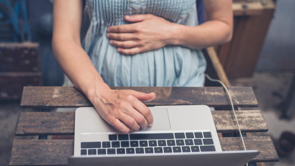 terhes nő laptop asztal